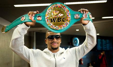 Swedish boxer holds on to world championship