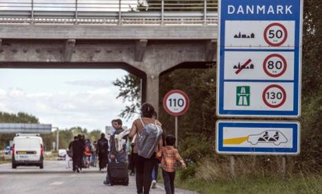 Refugees turn back after walk towards Sweden