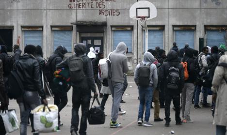 Police evacuate last refugee camp in Paris