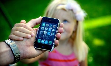 Swedish pools ban parents' smartphones