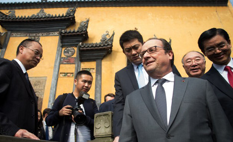 Hollande visits China to seek climate support