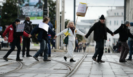 Paris human chain gives jolt to climate talks