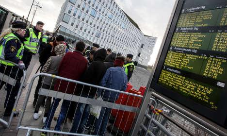 Police stop refugees at Swedish border checks