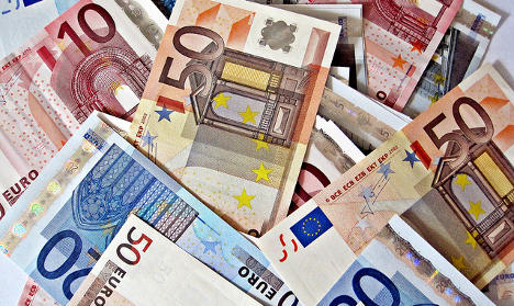Woman throws away 1000s of euros in cash