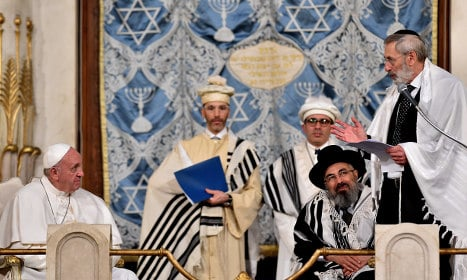 Pope hails ties with Jews on landmark synagogue visit