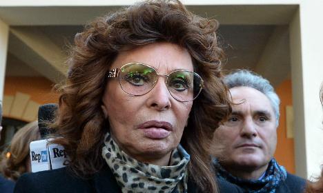 Loren leads stars in tributes to late Italian director