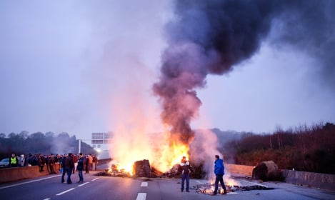 Protesting French farmers block roads in western France