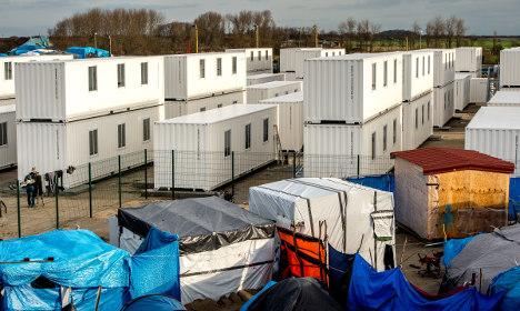 Calais camp refugees defy relocation efforts