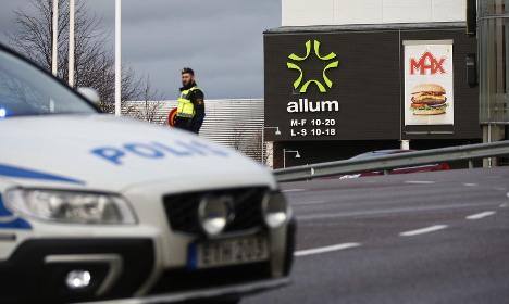 Bomb threat closes Swedish shopping mall
