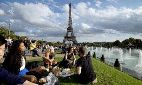 Japanese tour guides decide to clean up Paris