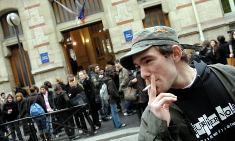 Court forces Paris high school pupils to smoke outside