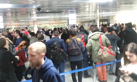 Paris airports call for back up at police passport checks