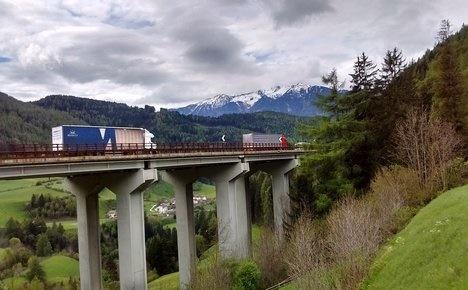 Austria steps up anti-migrant patrols at Italian border
