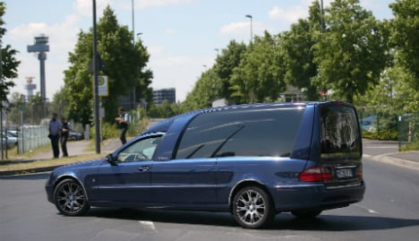 Driver loses hearse in central Munich – corpse and all