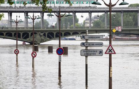 Paris floods: Museums and train lines close as Seine rises