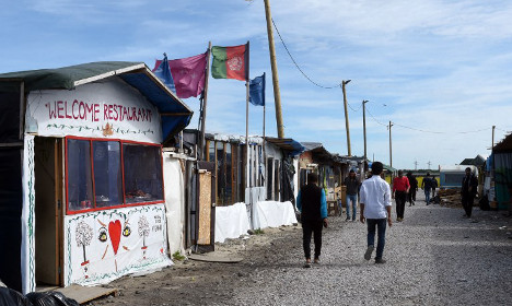 One dead after violent clashes in Calais migrant camp