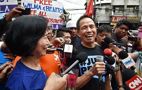 Top Philippine rebels freed ahead of Norway peace talks