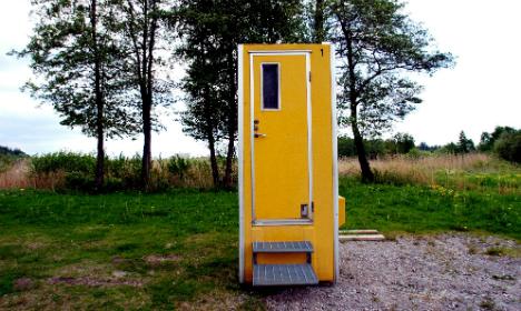 Oh crap! Norwegian gets stuck in loo over phone