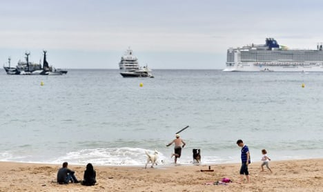 Woman fined for wearing headscarf on Cannes beach