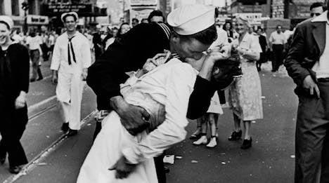 V-J Day Kiss woman passes on