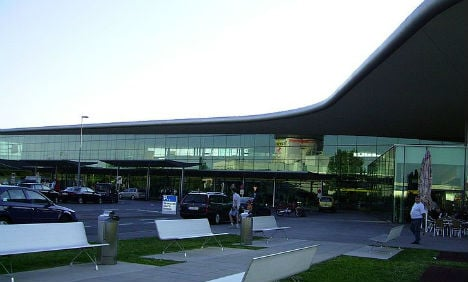 Intoxicated man demanded officer's gun at Graz airport