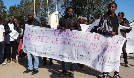 Migrant children leave France's 'Jungle' camp for UK