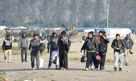 Calais migrants given mixed reception in French towns