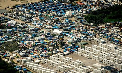 Migrants quit Calais 'Jungle' camp as bulldozers await