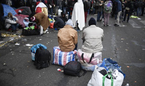 France to offer migrants €2,500 to return home freely