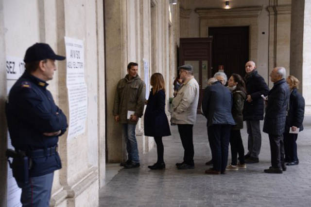 Massive turnout as Italy referendum battle enters final hours
