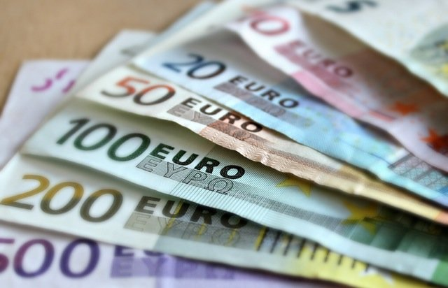 Euro hit by fears of uncertainty after Italian referendum