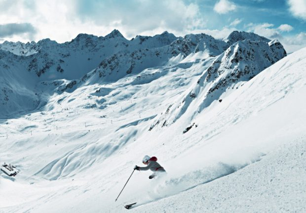 Skier dies in fall after leaving on-piste après-ski bar