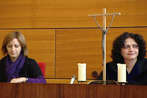 Should crosses remain in Austrian court rooms?