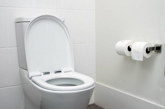 Danish police officer left pistol in toilet