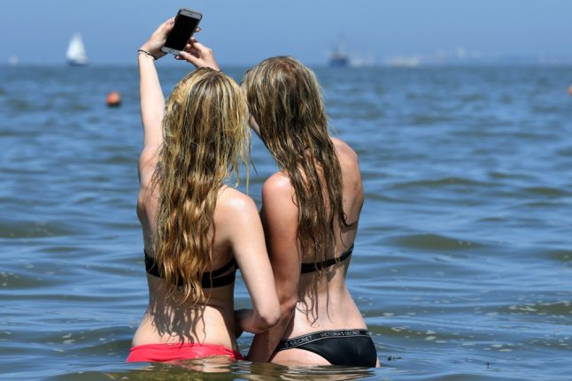 Berlin researcher warns: selfies can lead to head lice