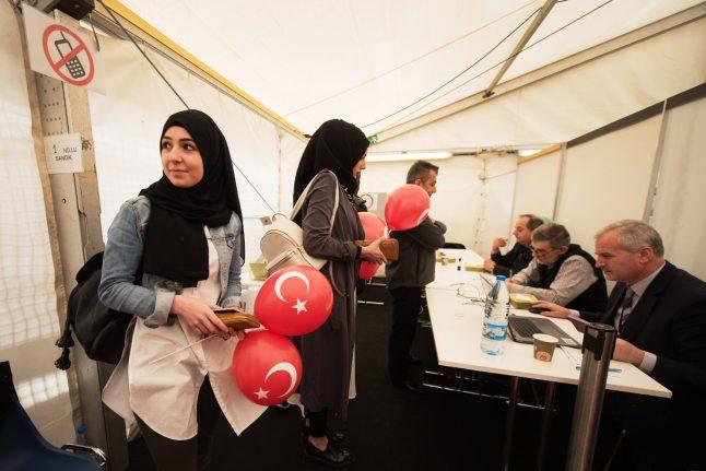Turks in Germany divided as voting begins in Erdogan referendum