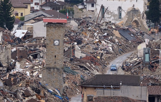 Amatrice mayor tells tourists: 'Stop taking selfies in quake rubble'