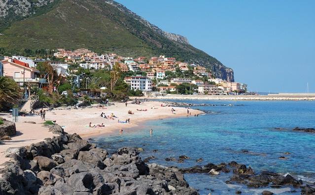 Fifteen people injured in whirlwind at Sardinian beach