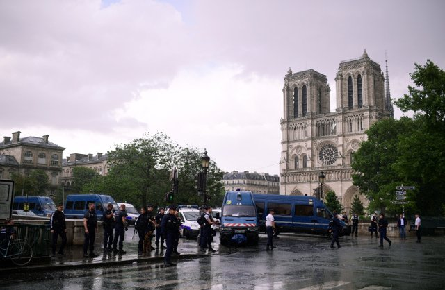 Paris: French police shoot attacker armed with hammer at Notre-Dame Cathedral
