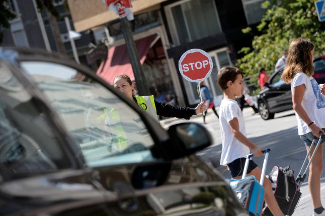 Spanish school kids seek heat relief… in funeral home