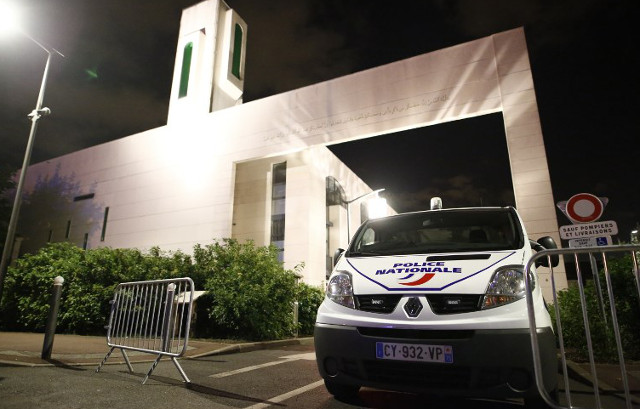 Man held after driving 4×4 into barriers protecting Paris mosque