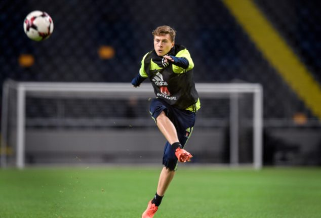 Victor Lindelöf signs for Manchester United for £31 million