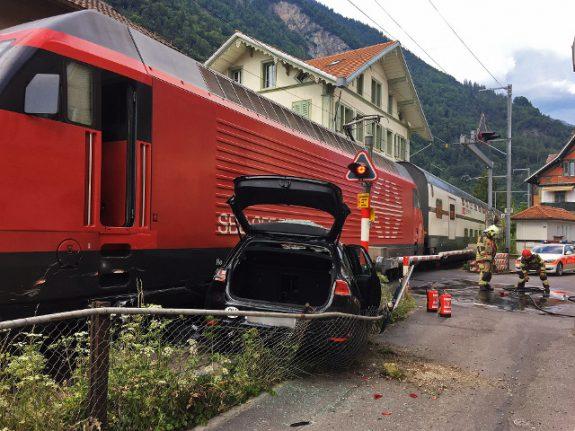 Train crashes into car in Interlaken
