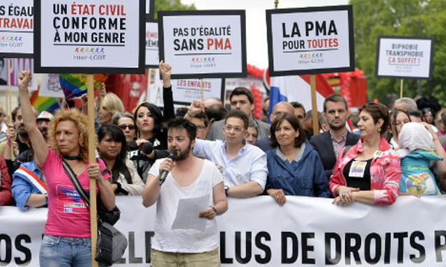French gay couples win key surrogacy battle