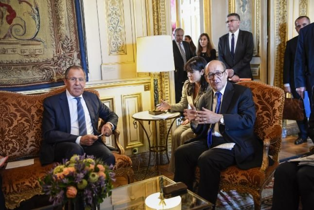France and Russia vow to put aside differences and fight extremism
