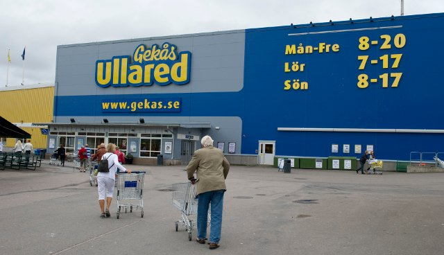 'There were no explosives in the car. There was a dog!': Police reveal details about Swedish superstore crash