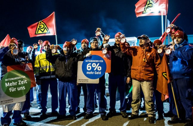 Metalworkers start strikes for pay rise and 28-hour work week