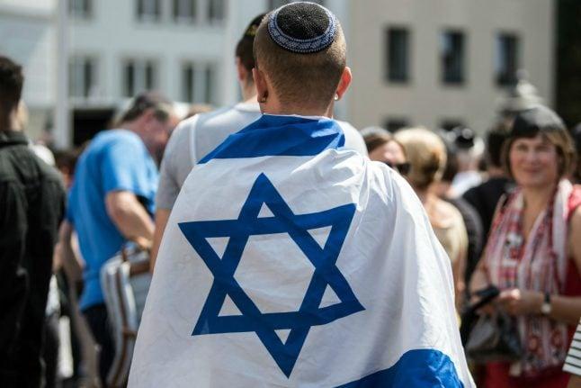 Bonn residents don kippahs in solidarity with Jewish attack victim