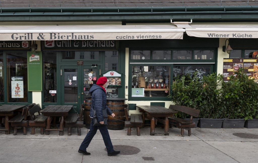 A woman walks past a closed restaurant in the Naschmarkt JOE KLAMAR AFP
