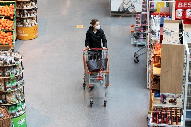 A woman wearing an FFP2 face mask in an Austrian supermarket